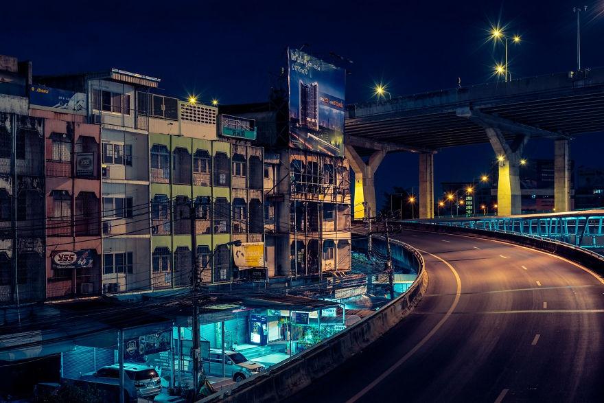 空寂无人的曼谷街头 冷色调的霓虹夜晚