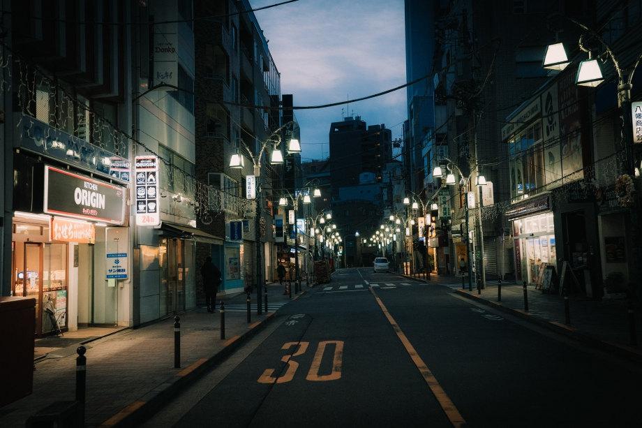 繁忙中的寧靜街頭 錯綜光影的日本街頭