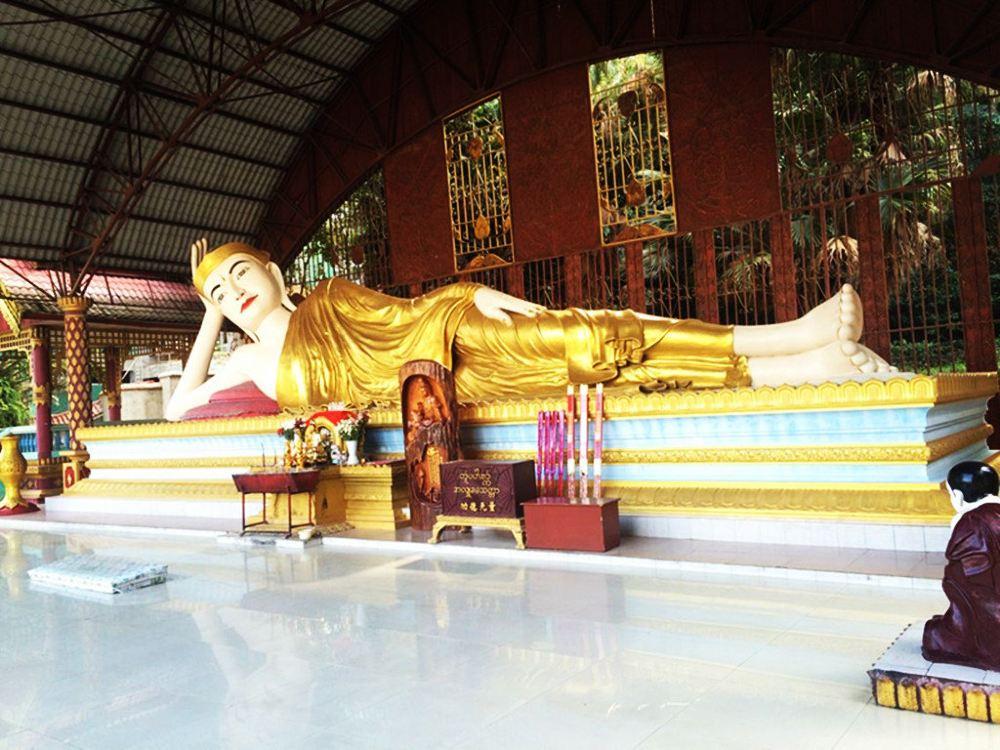 仰光大金塔坐落于缅甸首都仰光市中心,游客通常会被它的金光闪闪所震撼。大金塔居仰光的最高处,在仰光市区任何一个地方都可以看见它,是缅甸最神圣的佛塔。与仰光外部商业氛围截然不同,大金塔内部异常安静庄严,对于那些想在拥挤的城市中寻得一片静谧的人来说再好不过了。不要忘记带上太阳镜,因为金色佛塔和白色大理石能照射到任何朝拜者。 茵莱湖是缅甸第二大湖,是一片水乡泽国,方方面面都吸引着游客。生活在此地的茵达族人,一般是把四根高脚木桩的房屋建在湖畔或岛边的浅水中,形成了一个个水上村落,周围包围着菜园。而当地人出门