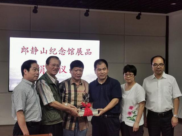 台湾摄影家向兰溪捐赠郎静山珍贵史料