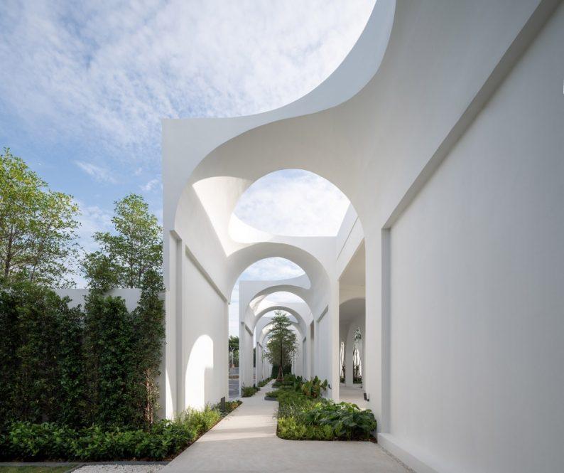 """泰國白色婚禮堂,以""""擁抱""""為設計理念"""