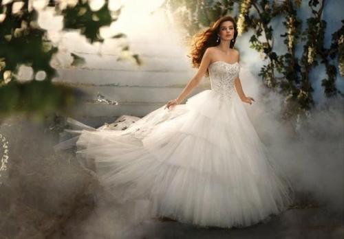 迎来小高潮,闪亮系婚纱仍受新人欢迎